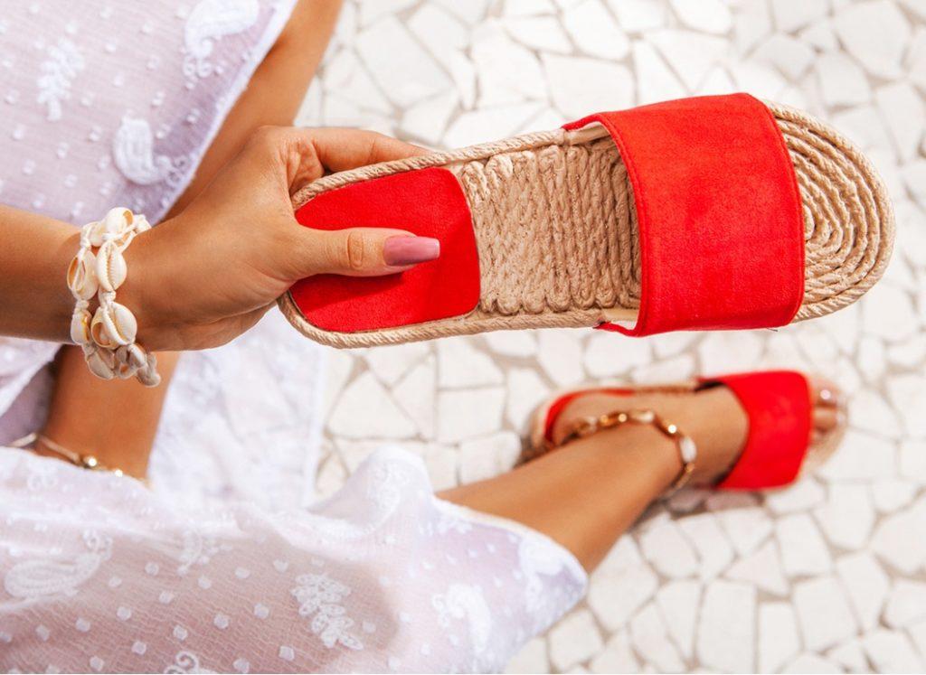 Klapki damskie - przegląd modnych fasonów