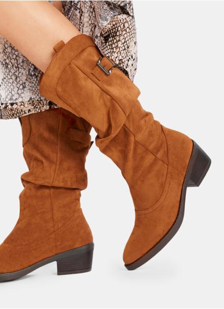 Moda na beżowe buty kozaki damskie na obcasie