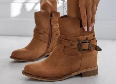 Jak nosić buty na koturnie, by wyglądać modnie?